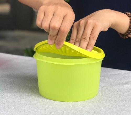 hộp midi deco tupperware có thể đóng mở dễ dàng khi sử dụng