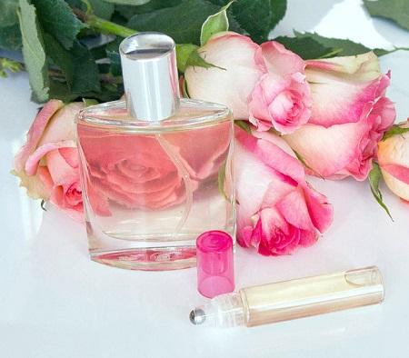 Cách trị bọng mắt bằng nước hoa hồng