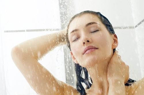 Tắm ngay là một trong những điều không nên làm sau khhi quan hệ