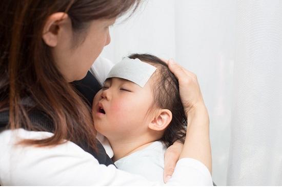 Khi trẻ bị sốt, cha mẹ tuyệt đối không làm những điều này